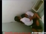 หนีเรียนมามีเซ็กซ์ในห้องน้ำหลังโรงเรียน โดนเพื่อนแอบถ่ายไว้กำลังขย่มครางซะลั่นไครจะไม่รู้Porn