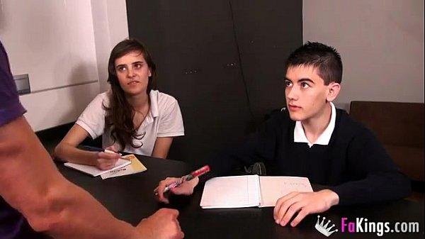 หนังโป๊ให้เด็กนักเรียนเย็ดกันโคตรเสียวเลยแม่งเอ้ย ควยเด็กยังใหญ่กว่าควยแอดมินอีก