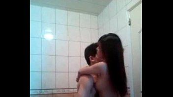 แอบถ่ายเพื่อนตัวเอง พาเมียมาเย็ดกันในห้องน้ำบ้านคนอื่น เก็บเสียงครางเก่งไม่หลุดเสียวหีสักคำ Jizzbo