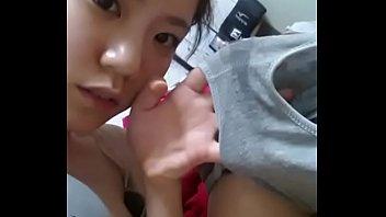 โป๊xxxสาวเอเชียตั้งกล้งอช่วยตัวเองโคตรเงี่ยน นิ้วแหย่หีตัวเองติ้วรัวจนน้ำหีไหลเยิ้ม มีการเอากางเกงในมาโชว์น้ำกามให้ดูอีก